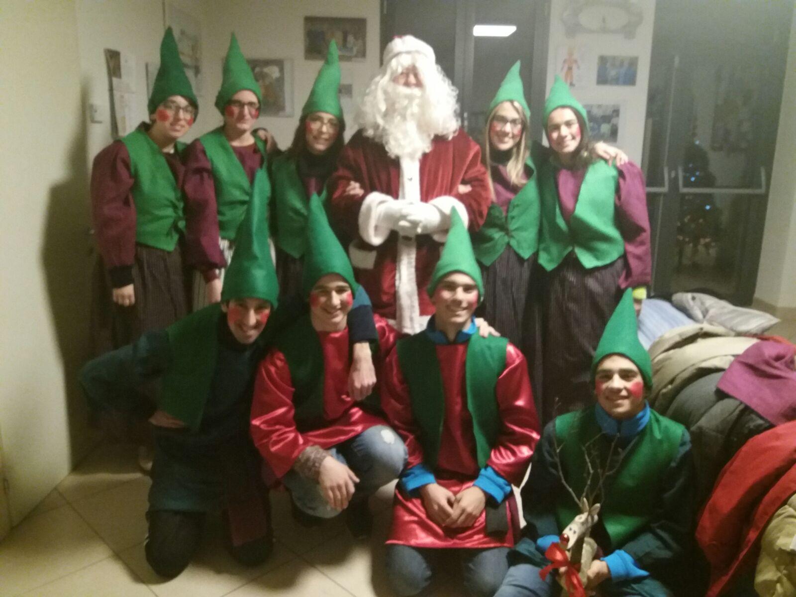 Babbo Natale E Gli Elfi.Babbo Natale E Gli Elfi Hanno Consegnato I Regali Richiesti Dai