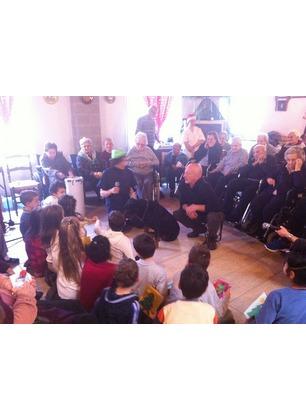 Anziani e bambini insieme per gli auguri di Natale. Presente anche Ugo, il rottweiler dell'addestratore A.I.C.S.E.F.