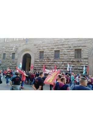 Lavoratori della Bekaert in presidio sotto la sede della Prefettura di Firenze
