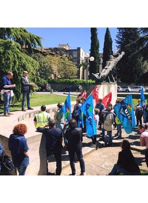 """Posta consegnata a giorni alterni, ad Arezzo il presidio dei sindacati: """"Scelta scellerata"""". Partecipa anche il sindaco di Cavriglia"""