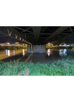 """""""Notturno fluviale"""": per i 50 anni dall'alluvione l'Arno visto dai ponti in mostra. Scatti anche in Valdarno"""