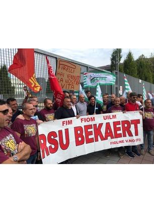 """Manifestazione dei lavoratori Bekaert sotto la sede di Pirelli: """"Dovete prendervi le vostre responsabilità"""""""